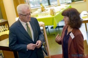 Ministerpräsident Winfried Kretschmann und Andrea Barth, Koordinatorin im MGH im Gespräch